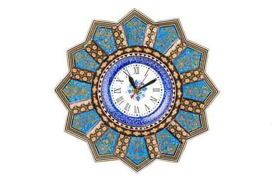 صفحه ای که در این ساعت میناکاری شده خاص در مرکز قرار گرفته است مربوط به هنر میناکاری می باشد و قاب زیبا آنه هم خاتم کاری شده میباشد.