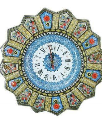 صفحه ای که در این ساعت دیواری میناکاری شدهدر مرکز قرار گرفته است مربوط به هنر میناکاری می باشد و قاب زیبا و تزئینی آن هم با هنر خاتم کاری ساخته شده است ، جنس قاب از چوب میباشد.