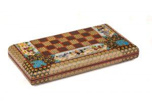 در ساخت محصولات اصفهان مثله همین تخته نرد خاتم کاری اصفهان هر چقدر که مثلث هایی که در ساخت به کار گرفته میشود ظریف تر و همچنین بیشتر باشد در آخر کاره مرغوب تری بدست می آید.